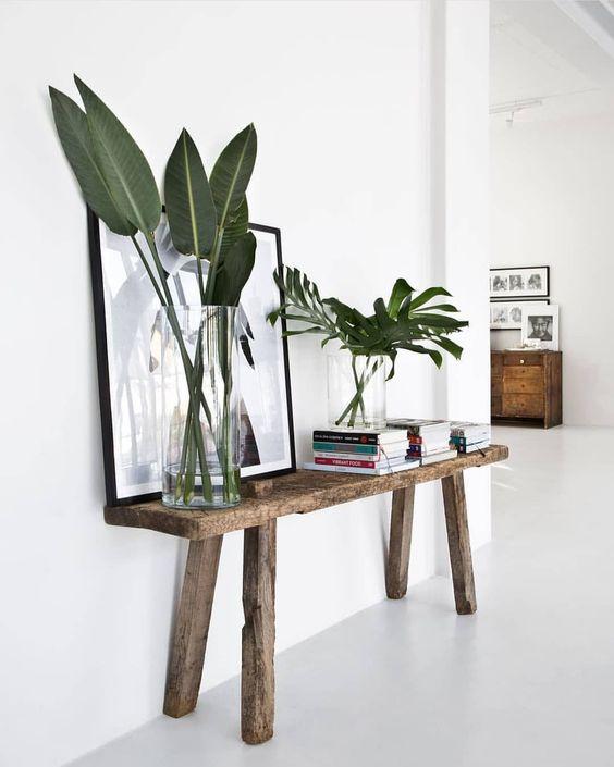 Aparador rustico com quadros preto e branco