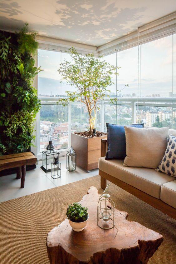 Apartamento com varanda de vidro com móveis confortáveis e rústicos