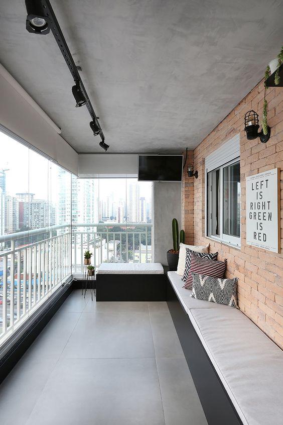 Apartamento com varanda de vidro e decoração rustica