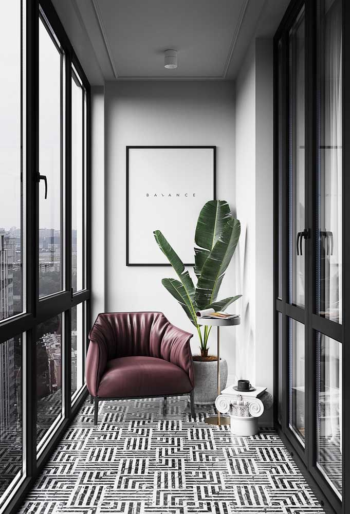 Apartamento moderno com varanda de vidro e poltrona marsala