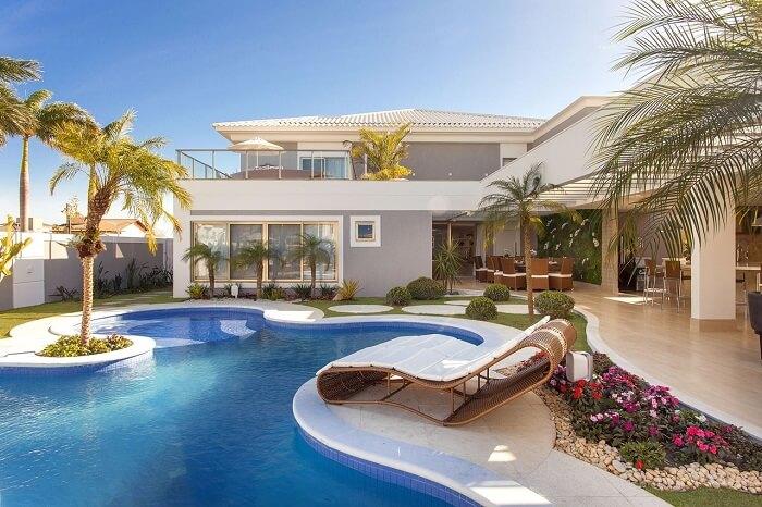 Aposte em piscinas modernas com prainha com bordas arredondadas. Projeto por Iara Kilaris