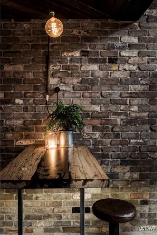 Arandela industrial e criativa na mesa de jantar