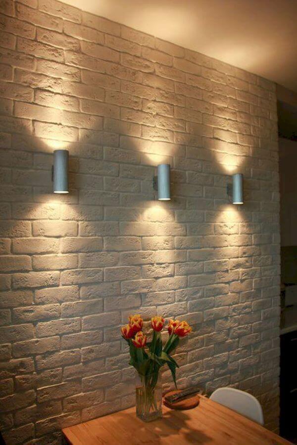 Arandela industrial na parede de tijolinho branco