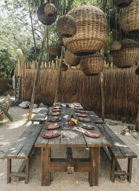Area externa com banco rustico de madeira