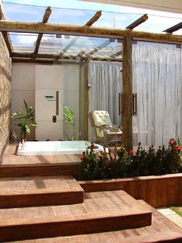 Area externa com jacuzzi pequena e cortina