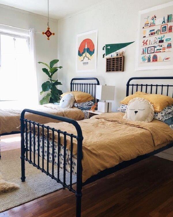 As almofadas decorativas infantil decoram a cama de ferro do quarto compartilhado. Fonte: Revista Viva Decora