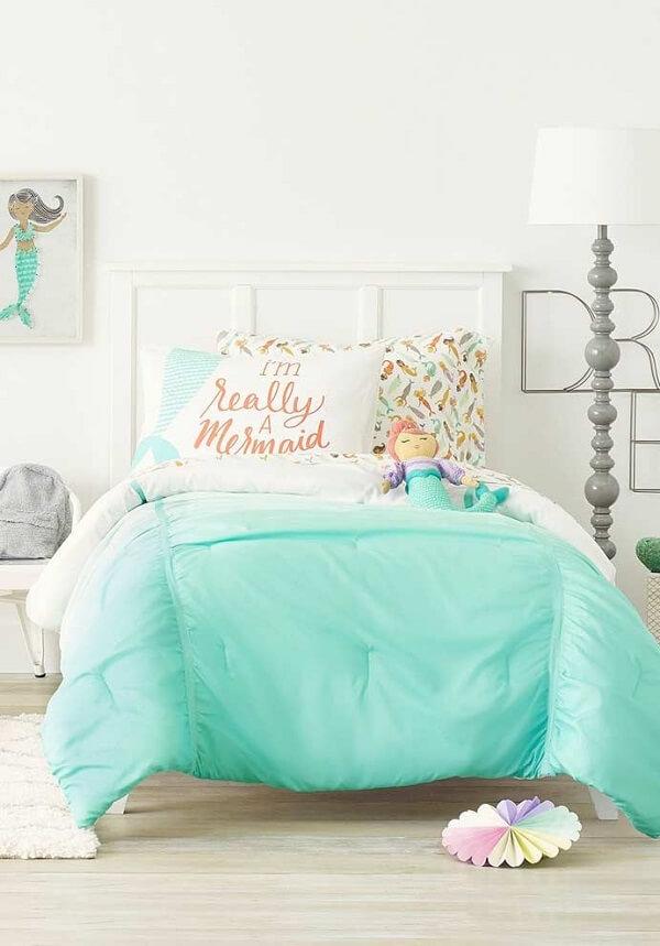 As almofadas decorativas para quarto infantil trazem um toque de cor para a cama branca. Fonte: Revista Viva Decora 2