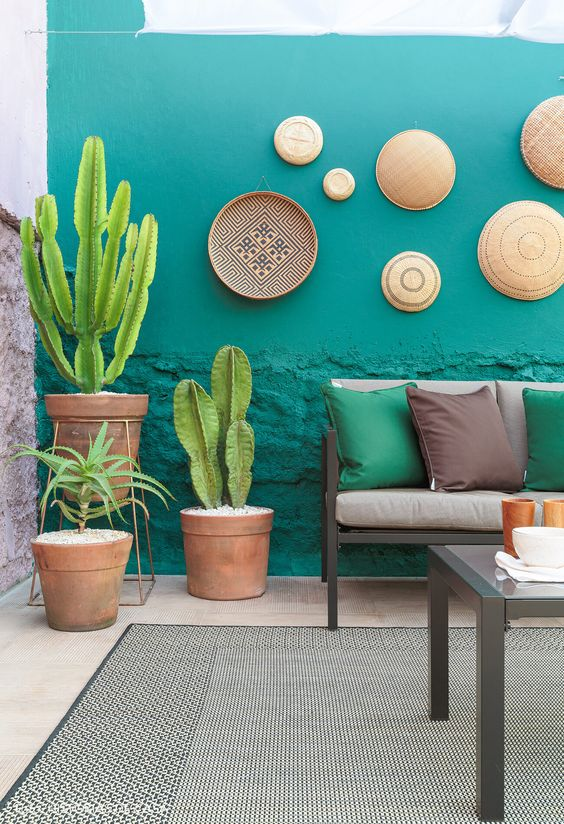 Banco de jardim cinza com almofadas coloridas