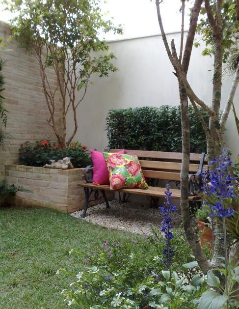 Banco de jardim com almofadas coloridas