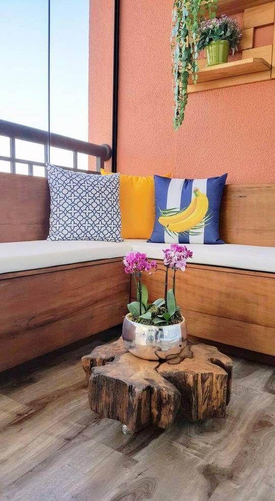 Banco de jardim com almofadas estampadas