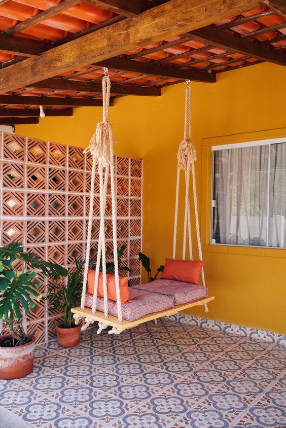 Banco de jardim de balanço com almofadas confortáveis