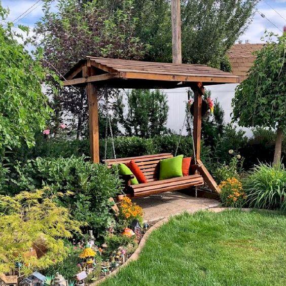 Banco de jardim de balanco com almofadas macias