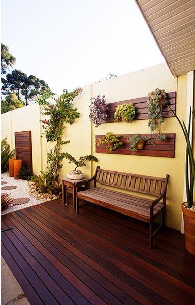 Banco de jardim de madeira com deck