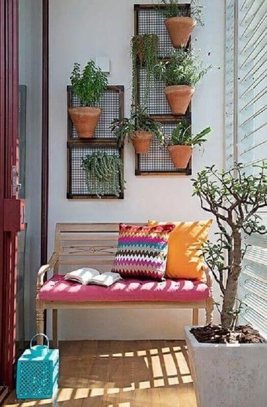 Banco de jardim de madeira com estofado colorido na varanda de casa