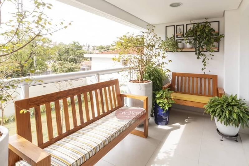Banco de jardim de madeira com móveis