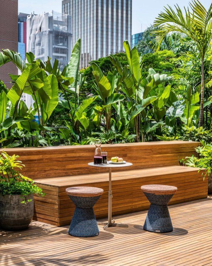 Banco de jardim de madeira com mesa pequena redonda