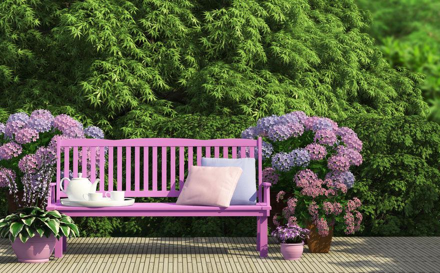 Banco de jardim lilas com flores na mesma cor