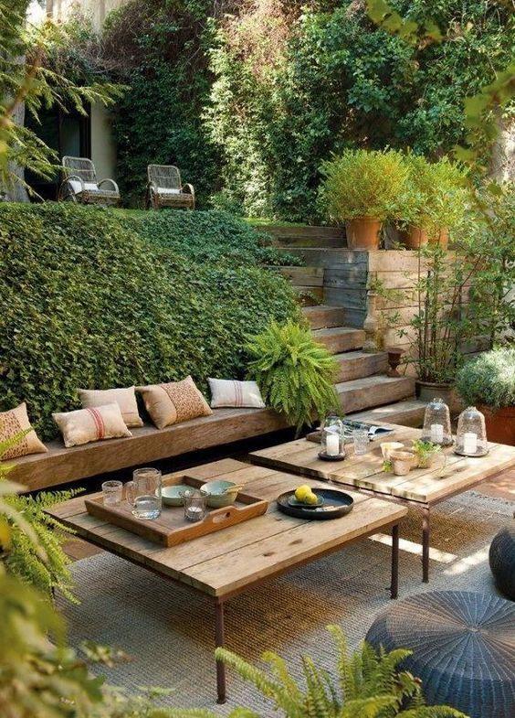 Banco de jardim de madeira com mesa de centro