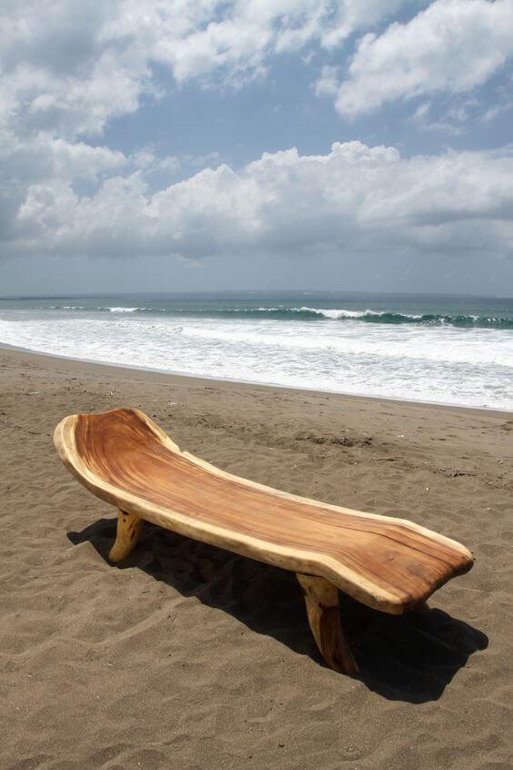 Banco rustico na praia