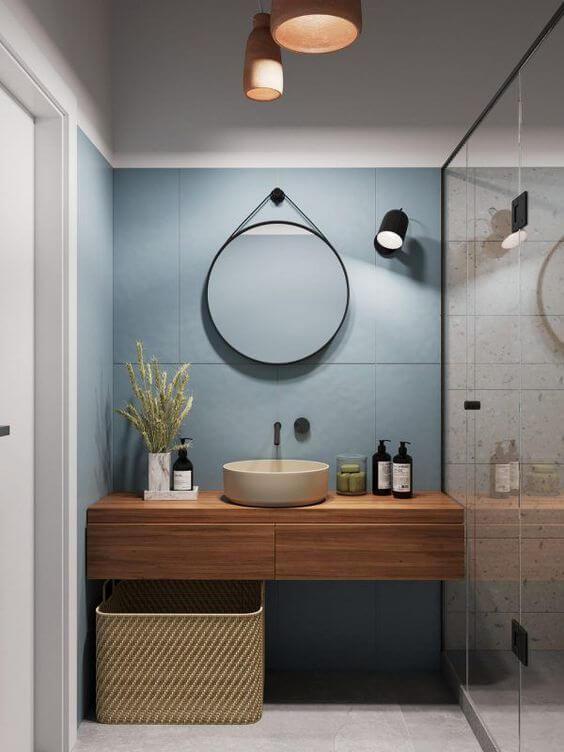 Banheiro com cores de porcelanato azul e branco