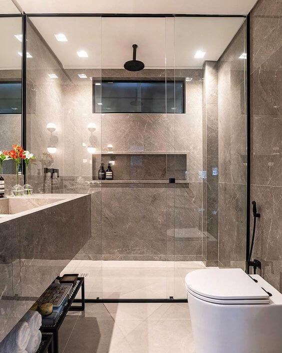 Banheiro com cores de porcelanato bege e cinza
