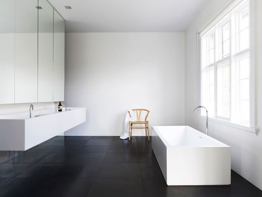Banheiro com piso de porcelanato preto