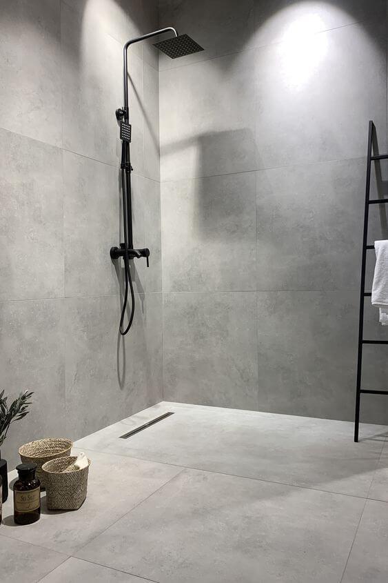 Banheiro com porcelanato cimento queimado