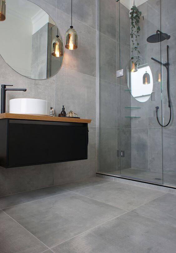 Banheiro com porcelanato cimento queimado na parede e piso