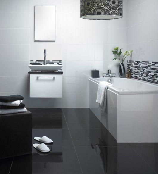 Banheiro com porcelanato preto e banheira branca