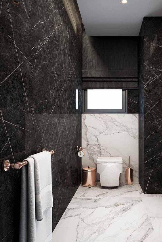 Banheiro com porcelanato preto marmorizado