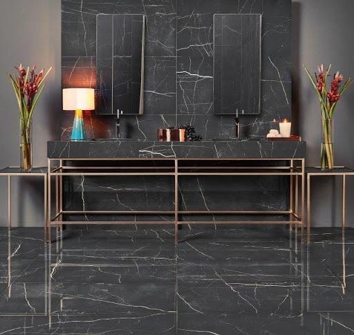Banheiro com porcelanato preto marmorizado e acetinado