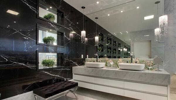 Banheiro grande com pia de porcelanato e parede revestida com porcelanato marmorizado