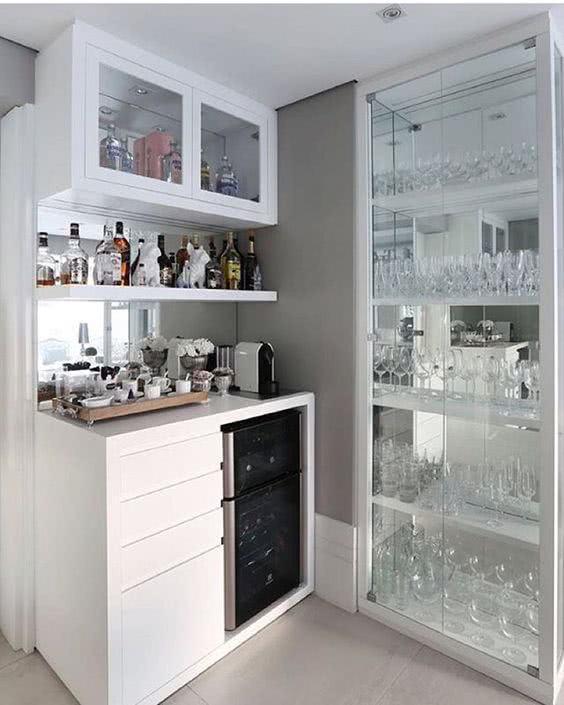 Bar em casa com cristaleira de parede