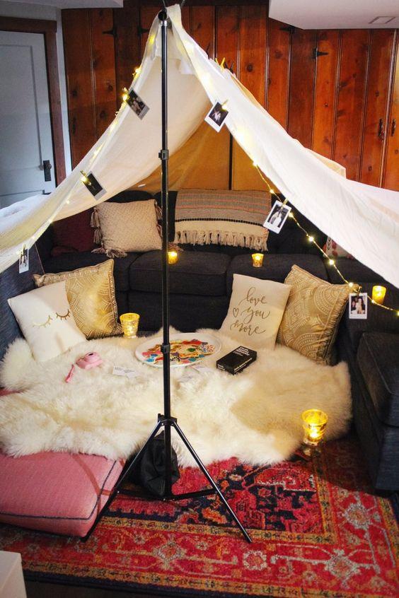 Cabana em casa com velas e fotos na decoração