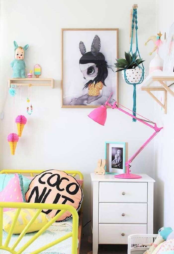 Cama amarela de ferro e almofadas decorativas para quarto infantil. Fonte: Revista Viva Decora 2