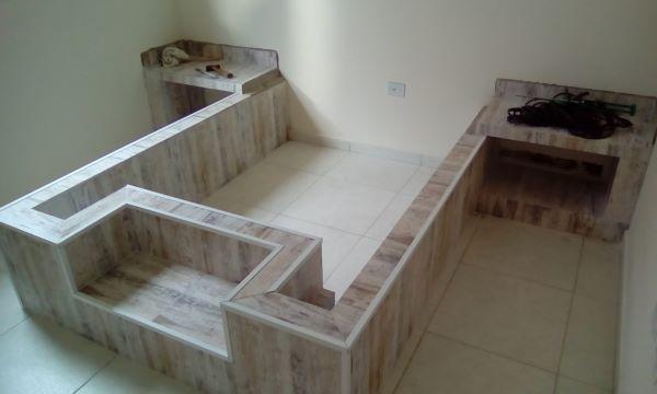 Cama de alvenaria e tijolo com dois criados mudos