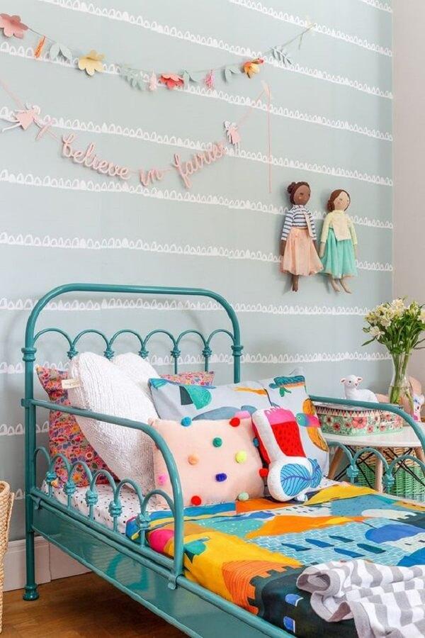 Cama de ferro azul com diferentes modelos de almofada infantil. Fonte: Mooui