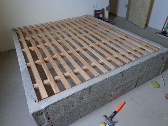 Cama de tijolo com estrado de madeira