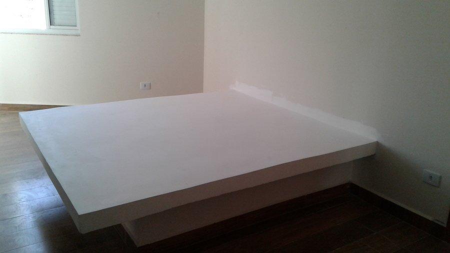 Cama de tijolo e alvenaria no quarto de casal