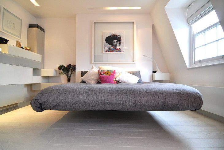 Cama de tijolo flutuante no quarto moderno
