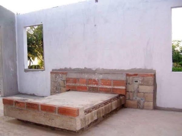 Cama de tijolo para casa em construção