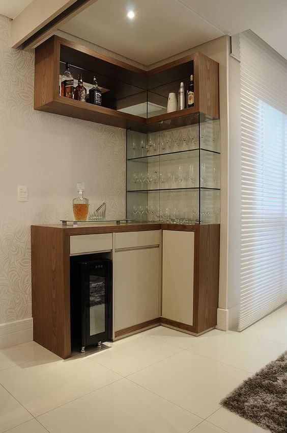 Cantinho de bar com cristaleira de parede de vidro