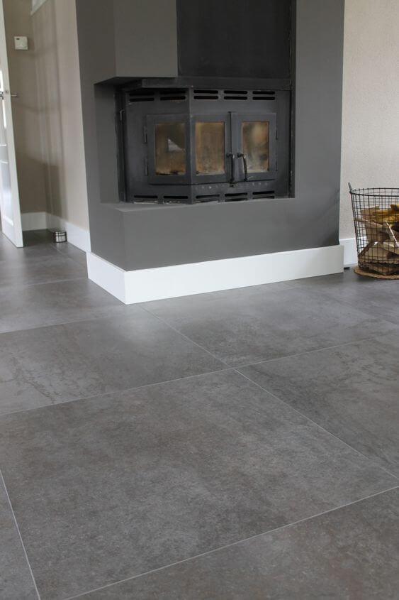 Casa com lareira e porcelanato cimento queimado