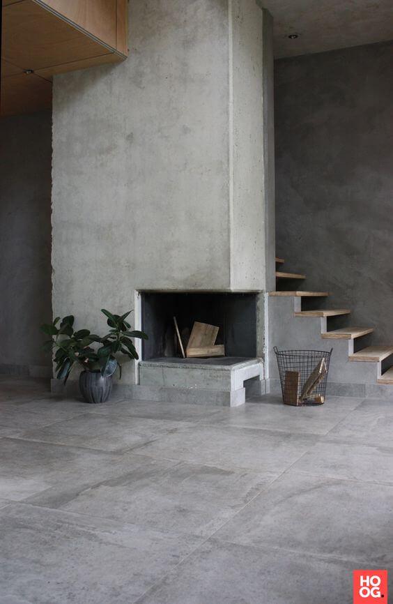 Casa com porcelanato cimento queimado e lareira