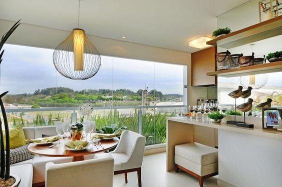 Casas com varanda de vidro e móveis gourmet