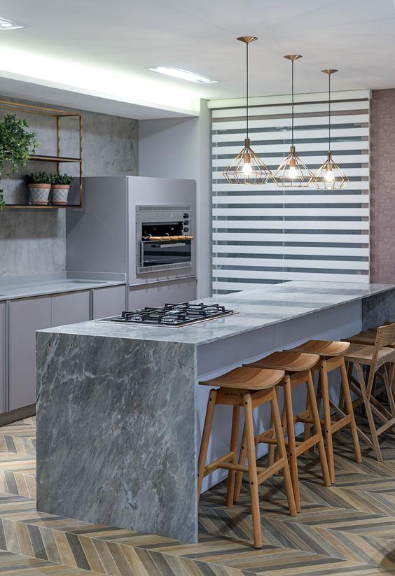 Churrasqueira de parede na cozinha moderna com bancada de mármore