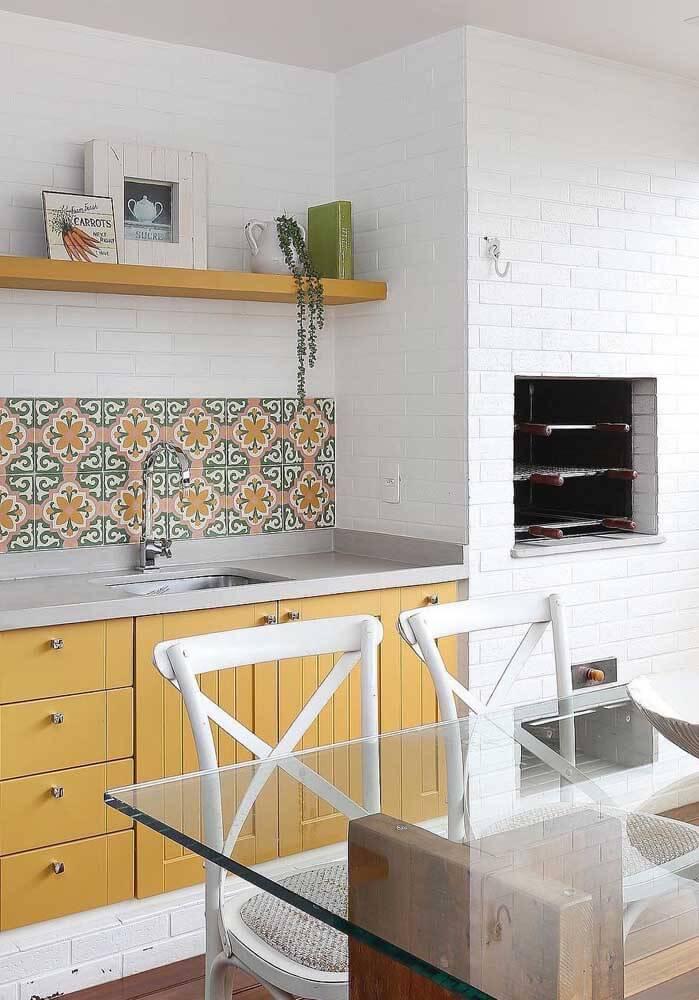 Churrasqueira de tijolinho pequena pintada de branco para combinar com a cozinha moderna