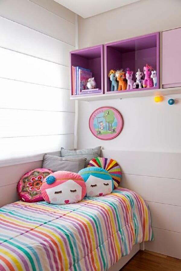 Colcha listrada e almofadas para quarto infantil. Fonte: Adriana Fontana
