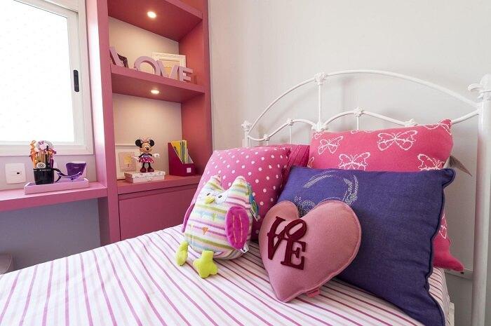 Coloque sobre a cama almofadas decorativas infantil. Fonte: Carla Cuono Arquitetura e Interiores