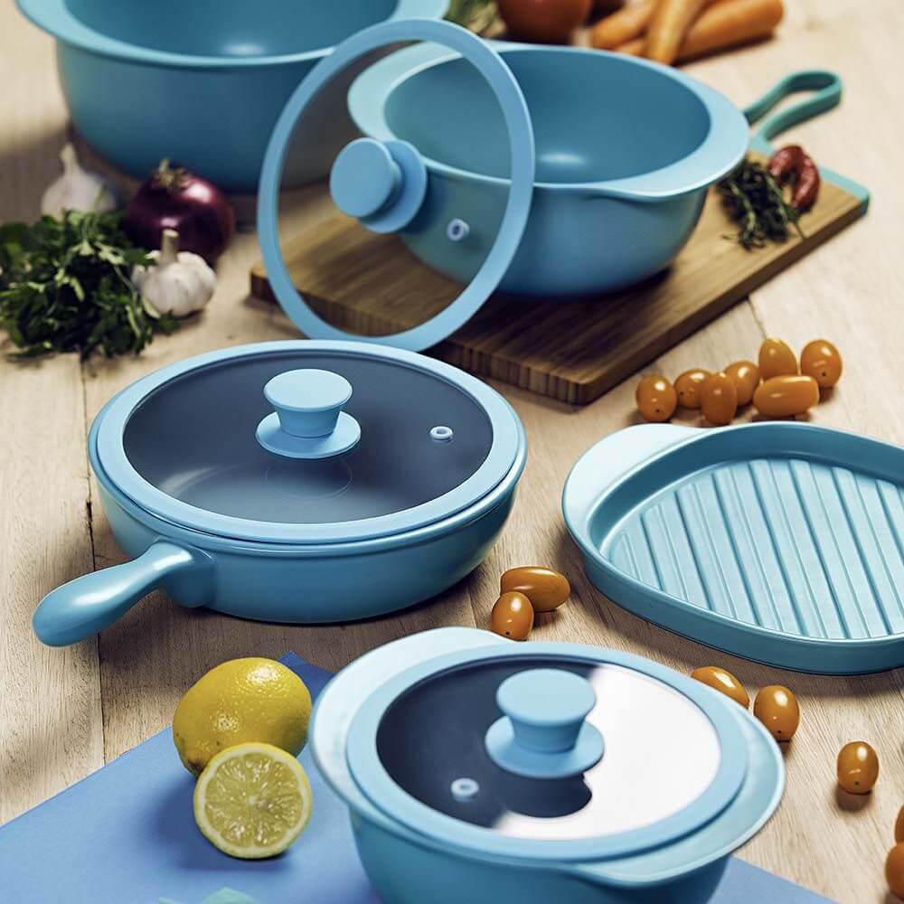 Conjunto de panelas cerâmica em tom azul se destaca na decoração da cozinha. Fonte: Oxford Porcelanas